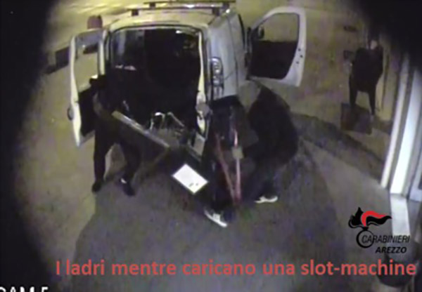 Scoperta la banda dei furti alle slot machine all'interno dei bar di Arezzo, arrestati due albanesi - foto/video